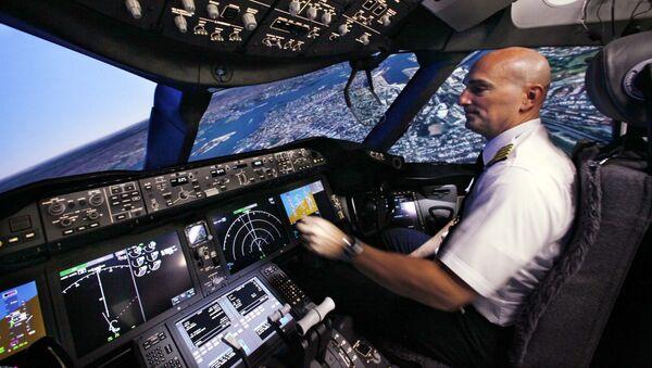Pilot w kabinie samolotu Boeing 787 - Sputnik Polska