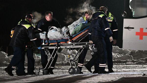 Сотрудники медицинской службы выгружают из самолета МЧС России детей, пострадавших в автомобильной аварии в Ханты-Мансийске - Sputnik Polska