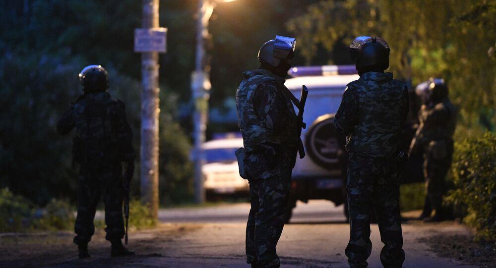 Uzbrojony mężczyzna zabarykadował się w sobotę w swoim domu w Kratowie pod Moskwą i otworzył ogień do przechodniów