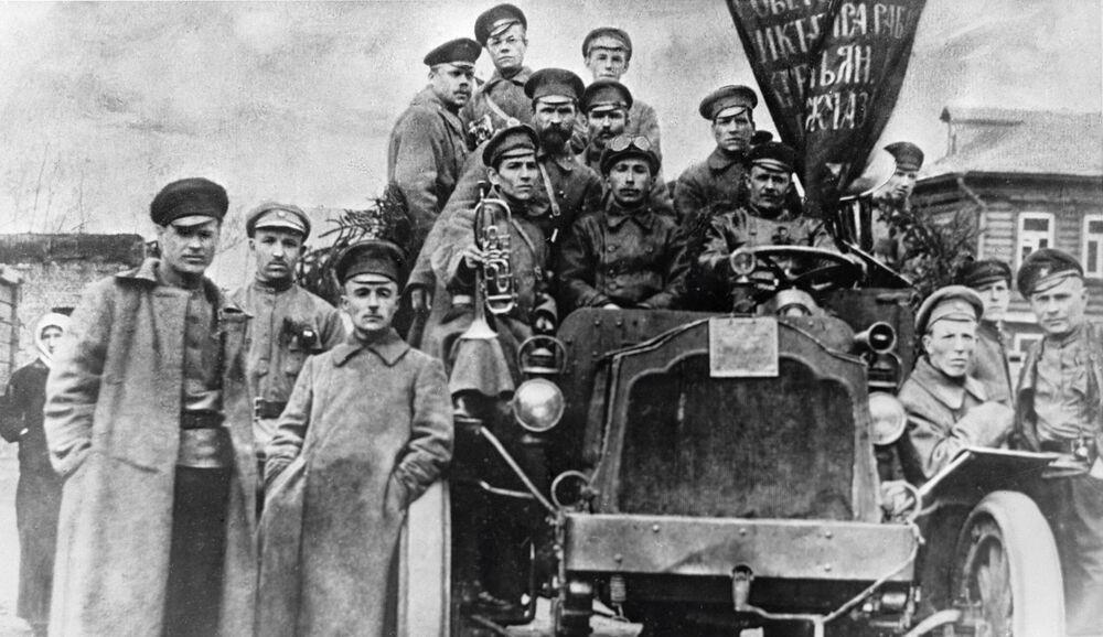 Głównym sprzętem technicznym 1917 roku były lekkie samochody i nie eksperymentalne pancerniki, ale zwykłe ciężarówki. Do jednego takiego auta mógł pomieścić się cały związek taktyczny.