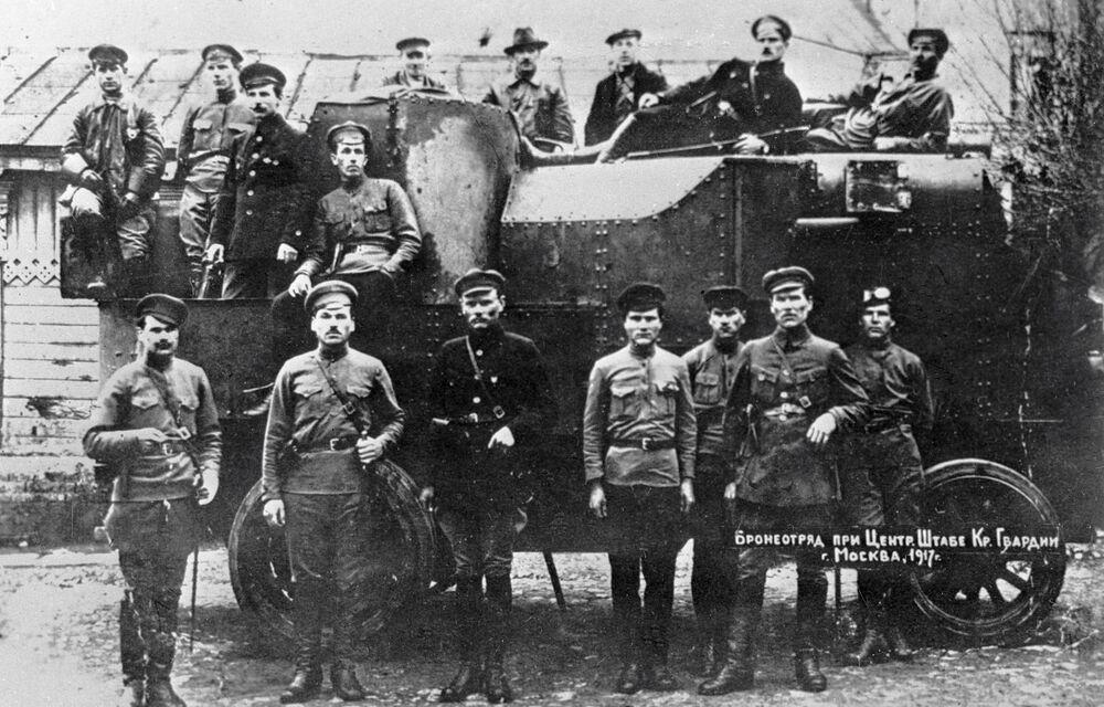Samochody pancerne  były główną siłą uderzeniową, przeciwko której bezsilne były wszelkie oddziały wyposażone w lekką broń strzelecką. Samochody opancerzone były wówczas prymitywnej budowy, zbudowane na podwoziu traktorów i ciężarówek.