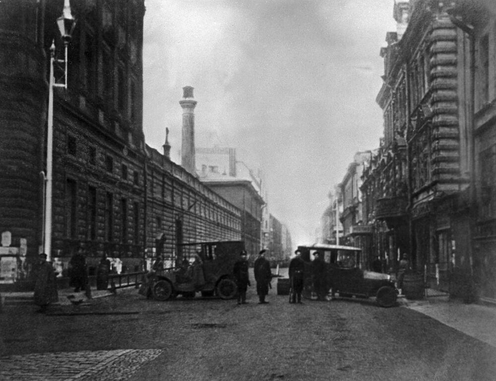Zniszczone samochody służyły rewolucji jako barykady.
