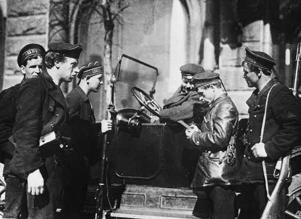 W 1917 roku po ulicach Piotrogradu kursował patrol, który nie przepuszczał bez kontroli dokumentów ani samochodów, ani pieszych. - Sputnik Polska