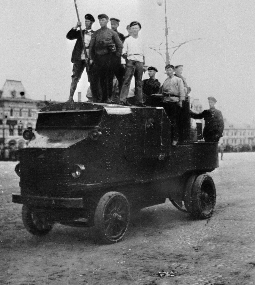 Dumą czerwonoarmistów była ciężarówka opancerzona. W dobrej fabryce można ją było zrobić z odpowiednich płyt metalowych własnymi siłami.