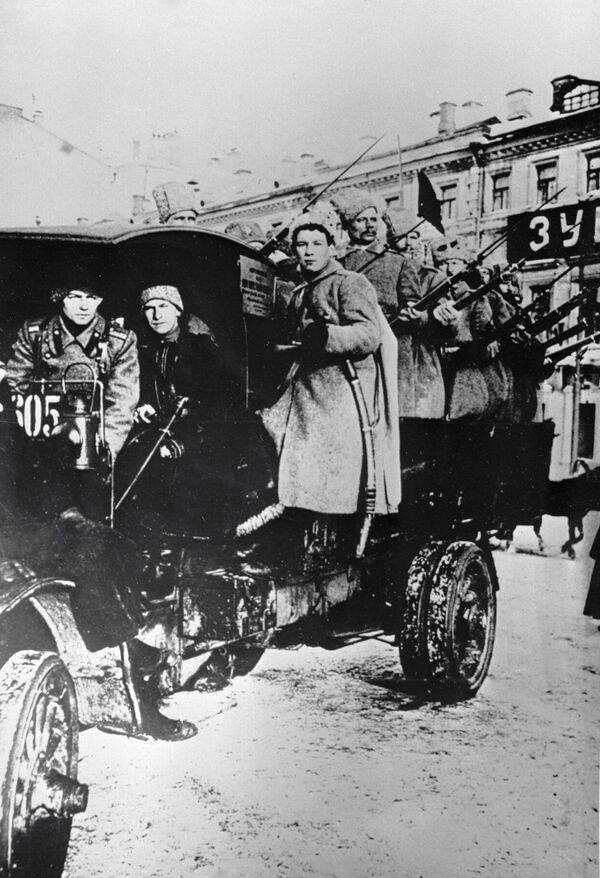 Ciężarówka wypełniona uzbrojonymi ludźmi aż do II wś była symbolem nadzwyczajnej sytuacji w mieście. Potem w świadomości masowej jej miejsce zajęły czołgi na ulicach. - Sputnik Polska