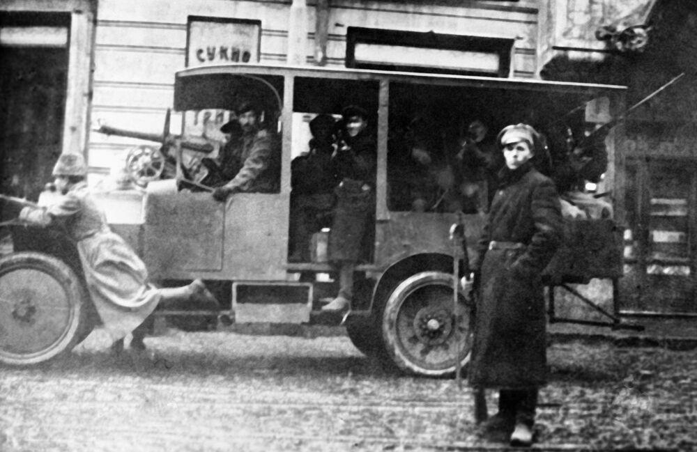 Na służbę rewolucji postępowały również nieliczne autobusy miejskie. Z przewozem wojskowych dawały sobie radę tak samo dobrze, jak ciężarówki.