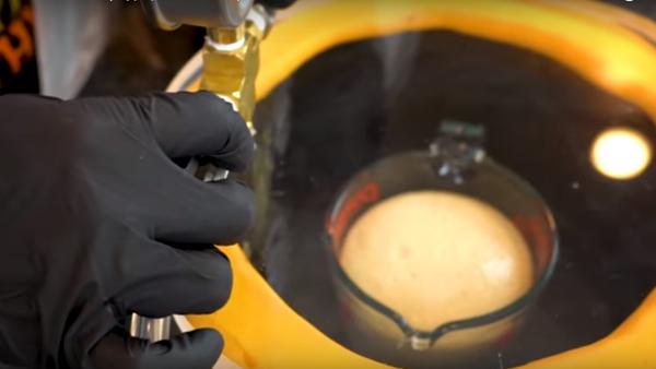 Męskie eksperymenty: Co się stanie, jeśli przyrządzimy naleśniki w próżni - Sputnik Polska