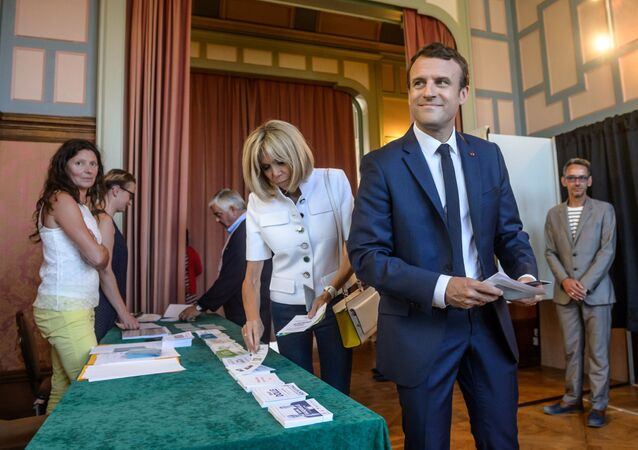 Prezydent Francji Emmanuel Macron z żoną Brigitte w czasie głosowana na wyborach parlamentarnych we Francji