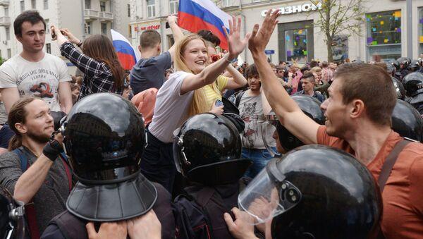 Na ulicy Twerskiej w Moskwie w czasie nielegalnej demonstracji - Sputnik Polska