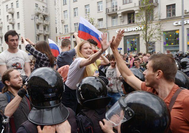 Na ulicy Twerskiej w Moskwie w czasie nielegalnej demonstracji