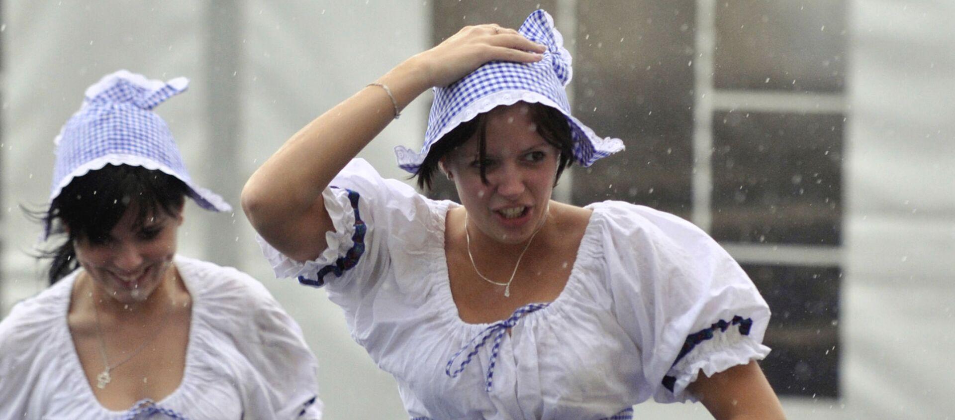 Czeskie kelnerki w deszczu podczas festiwalu piwa w Pradze - Sputnik Polska, 1920, 30.04.2019