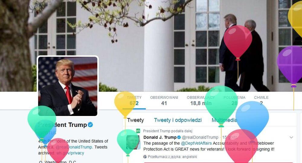 Zwolenników Donalda Trumpa witano kolorowymi balonikami, lecącymi w górę, z okazji urodzin Prezydenta USA