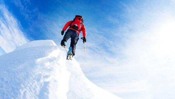 Alpinista w czasie zdobywania szczytu - Sputnik Polska