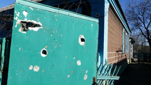 Dom mieszkalny uszkodzony w wyniku ostrzału Jasynuwaty w obwodzie donieckim przez ukraińskie siły bezpieczeństwa - Sputnik Polska