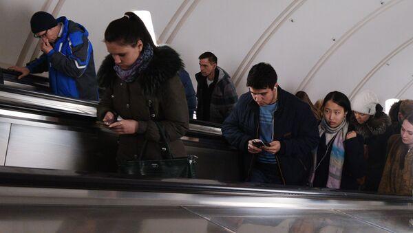 Sześciu Chińczyków spadło z ruchomych schodów na stacji metra Plac Rewolucji podczas próby zrobienia selfie - Sputnik Polska