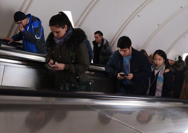 Sześciu Chińczyków spadło z ruchomych schodów na stacji metra Plac Rewolucji podczas próby zrobienia selfie