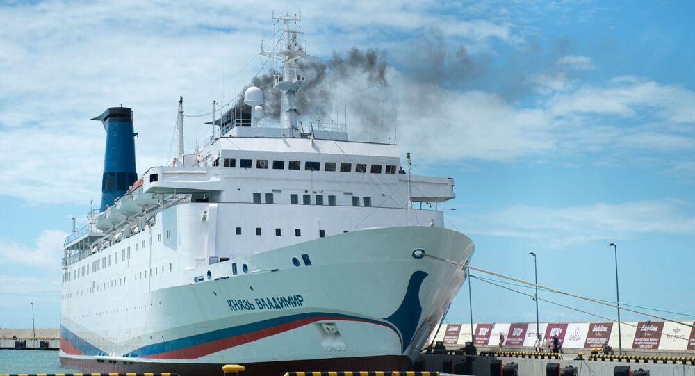 Круизный лайнер Князь Владимир в порту города Сочи