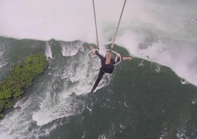 Akrobatka wisiała na zębach i robiła koziołki w powietrzu nad wodospadem Niagara
