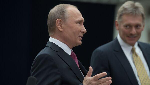 Władimir Putin i rzecznik prasowy Dmitrij Pieskow podczas Gorącej linii z prezydentem - Sputnik Polska