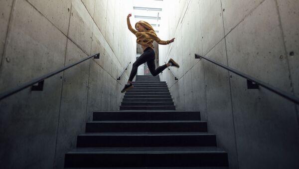 Dziewczyna skacze po schodach - Sputnik Polska