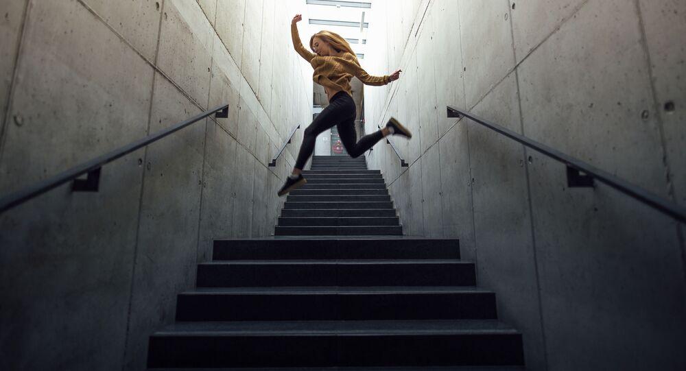 Dziewczyna skacze po schodach