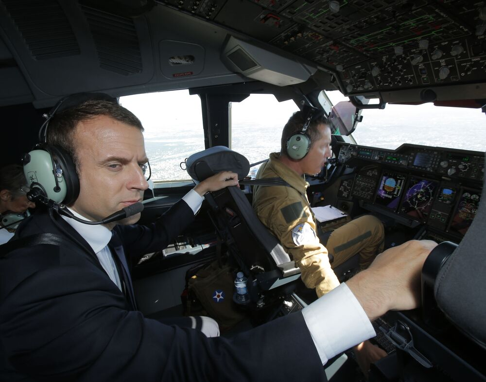 Emmanuel Macron w samolocie Airbus A400M