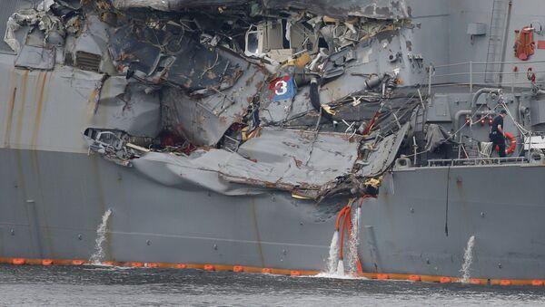 Uszkodzone w wyniku kolizji z filipińskim statkiem amerykański niszczyciel Fitzgerald - Sputnik Polska