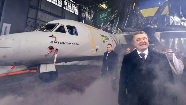 """Prezydent Ukrainy Petro Poroszenko na prezentacji wielozadaniowego samolotu transportowego AN-132 w fabryce """"Antonow"""" - Sputnik Polska"""