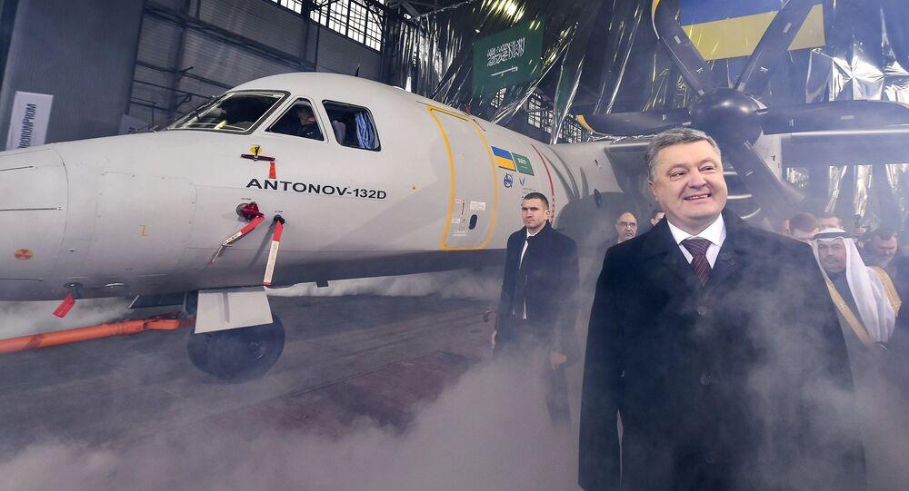 """Prezydent Ukrainy Petro Poroszenko na prezentacji wielozadaniowego samolotu transportowego AN-132 w fabryce """"Antonow"""""""