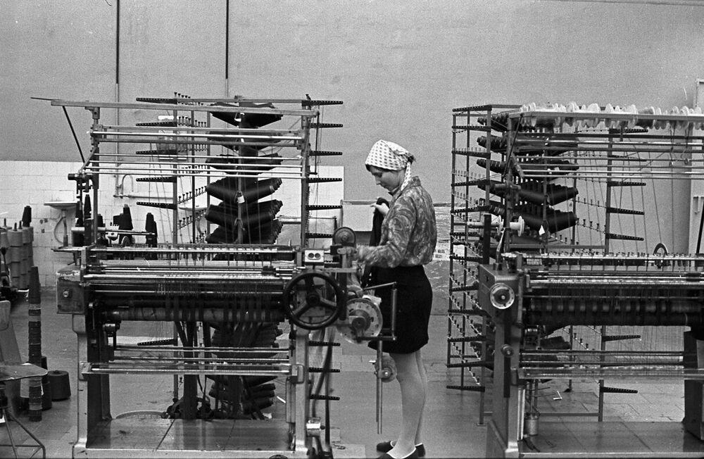 Pracownica kombinatu tekstylnego w Łotewskiej SRR