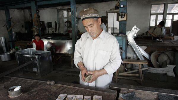 Pracownik w zakładzie w mieście Andiżan, Uzbekistan - Sputnik Polska