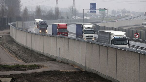 Tiry na drodze prowadzącej do francuskiego portu Calais. Zdjęcie archiwalne - Sputnik Polska