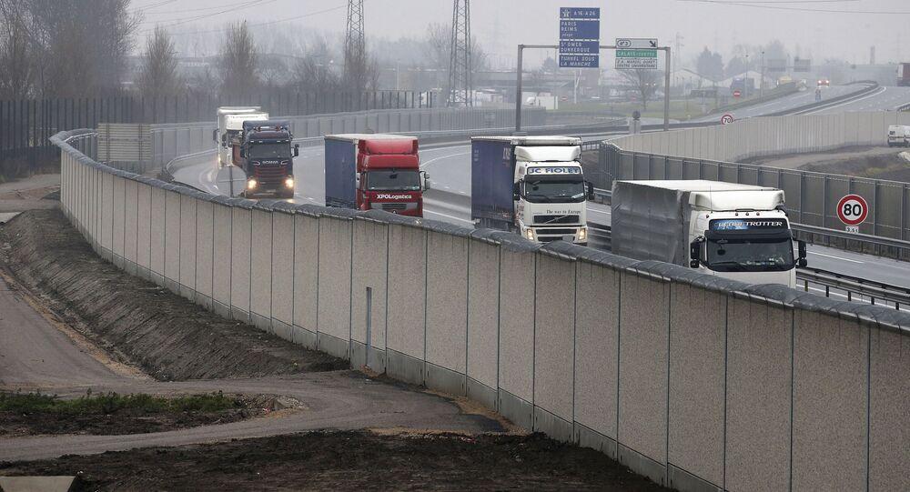 Tiry na drodze prowadzącej do francuskiego portu Calais. Zdjęcie archiwalne