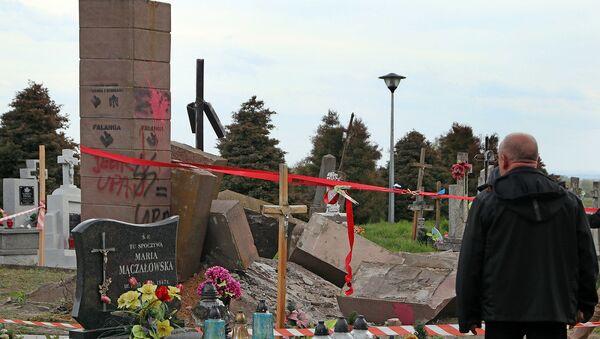 Demontaż pomnika UPA na cmentarzu komunalnym w Hruszowicach koło Przemyśla - Sputnik Polska