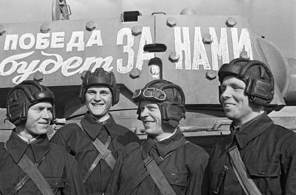 Pułk czołgów Wojskowej Akademii Wojsk Pancernych i Zmechanizowanych Armii Czerwonej im. I. W. Stalina przed wyprawą na front. Moskwa, czerwiec 1941 r.