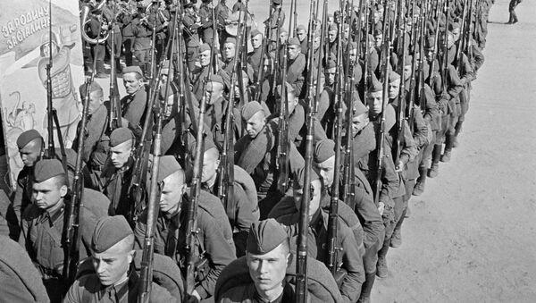 Mobilizacja. Kolumny żołnierzy idą na front. Moskwa, 23 czerwca 1941 r. - Sputnik Polska