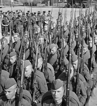 Mobilizacja. Kolumny żołnierzy idą na front. Moskwa, 23 czerwca 1941 r.