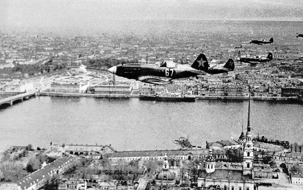 Radzieckie myśliwce nad Twierdzą Pietropawłowską w Leningradzie
