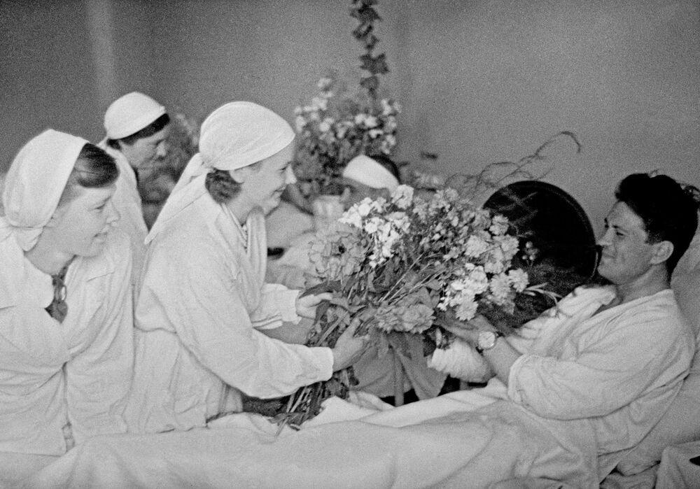 Kwiaty dla rannych żołnierzy w szpitalu w Moskwie, 1941 r.