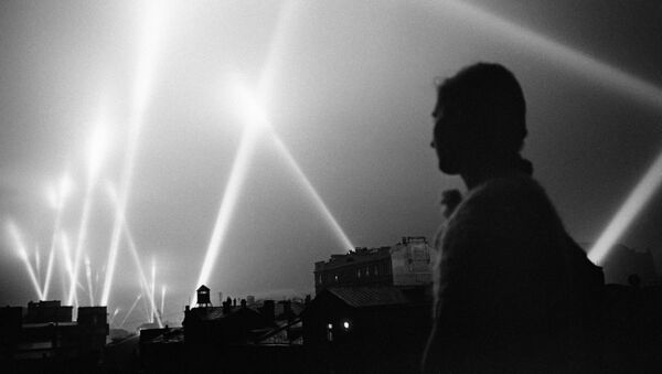 Reflektory wojsk obrony przeciwlotniczej oświetlają niebo nad Moskwą, rok 1941 - Sputnik Polska