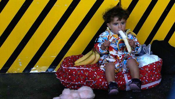 Dziecko uchodźcy z Bliskiego Wschodu niedaleko dworca kolejowego Wien Westbahnhof w Wiedniu - Sputnik Polska
