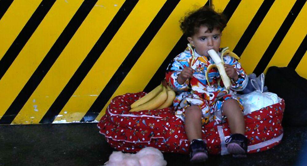 Dziecko uchodźcy z Bliskiego Wschodu niedaleko dworca kolejowego Wien Westbahnhof w Wiedniu