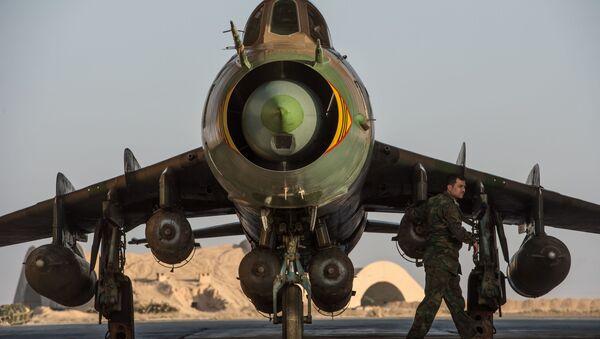 Su-22 syryjskich sił powietrznych w syryjskiej bazie w prowincji Homs - Sputnik Polska