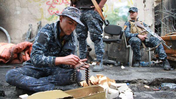 Żołnierz irackiej armii ładuje taśmę nabojową w Mosulu - Sputnik Polska