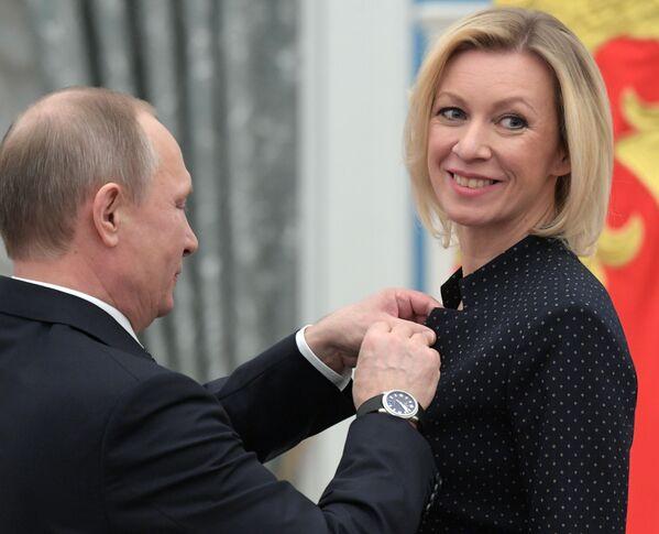 Prezydent FR Władimir Putin i szefowa Departamentu Informacji i Prasy MSZ FR Maria Zacharowa podczas ceremonii wręczenia odznaczeń państwowych. - Sputnik Polska