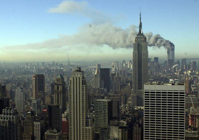 Dym z wież WTC po zamachu 11 września 2001 w Nowym Jorku
