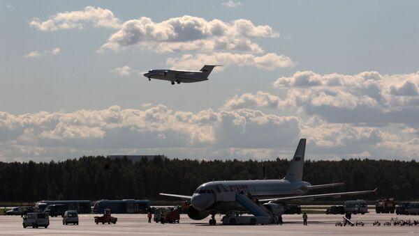 """Samolot pasażerski An-148 przygotowuje się do lądowania na lotnisku """"Pułkowo"""" w Petersburgu - Sputnik Polska"""