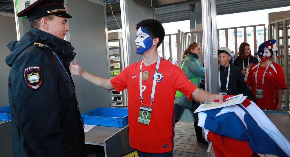 Kontrola kibiców reprezentacji Chile przed rozpoczęciem meczu Pucharu Konfederacji między reprezentacjami Niemiec i Chile