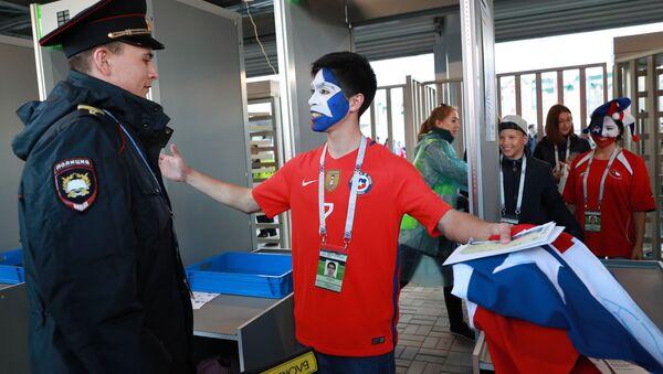 Kontrola kibiców reprezentacji Chile przed rozpoczęciem meczu Pucharu Konfederacji między reprezentacjami Niemiec i Chile - Sputnik Polska