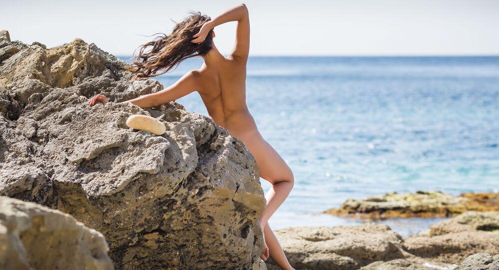 Naga dziewczyna na plaży